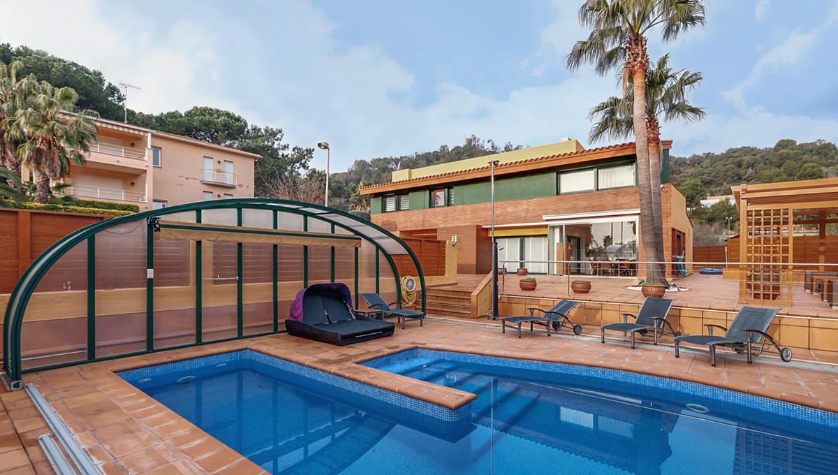 The splendid house of 435m2 built, a few meters walk from the bay of Sant Francesc